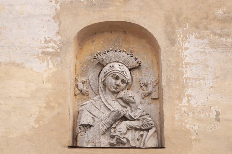 Basreliefoskuld Maria med barnet på beige tappningbakgrund Framsidamodern med behandla som ett barn royaltyfri fotografi