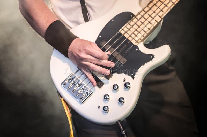 Bass-Gitarre lizenzfreie stockfotos