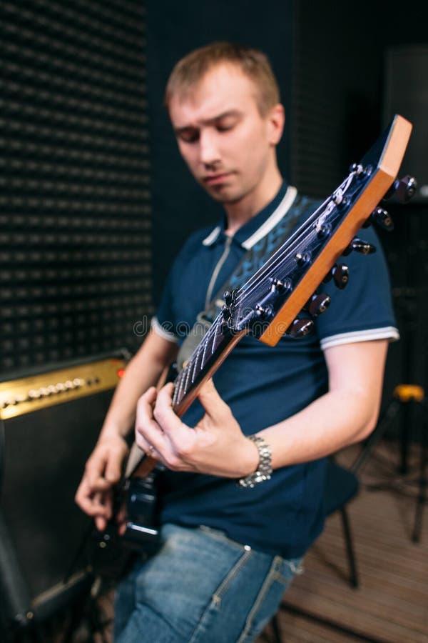 Bass-Gitarrist, der Musik, Nahaufnahme spielt stockfoto