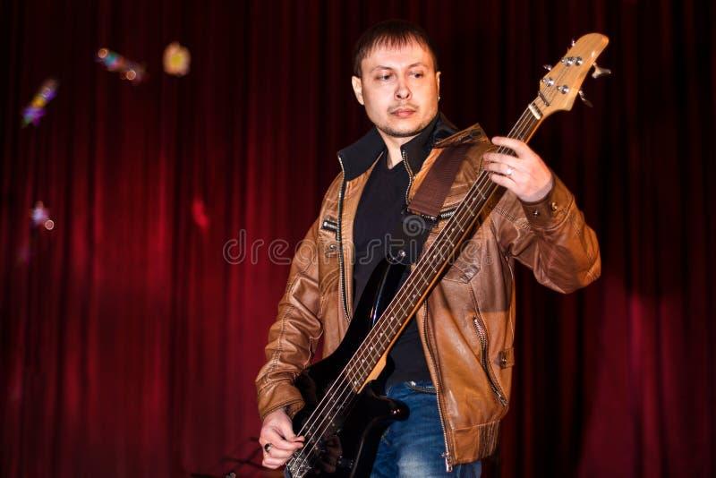 Bass Guitarist royaltyfria bilder