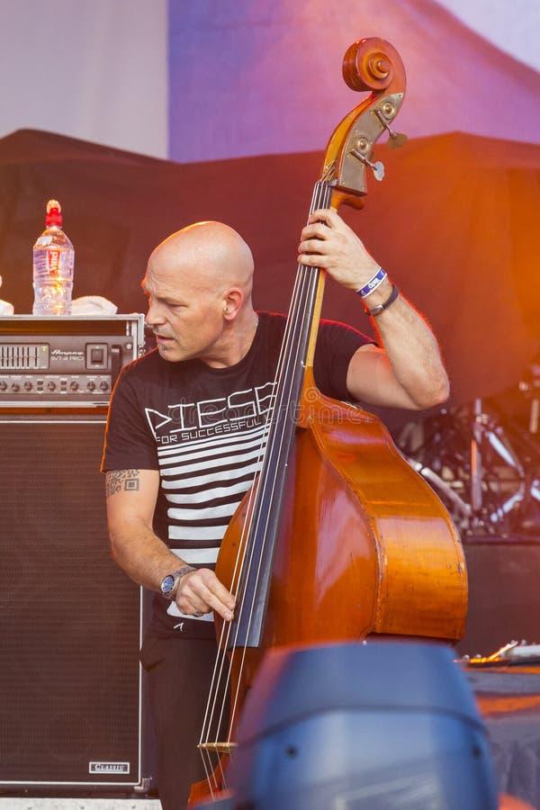 Bass Guitarist e giocatore Makrus Bodenseh del contrabbasso di Jazz Ensemble De-Phazz Performing di fama mondiale al Un-Fest fotografia stock