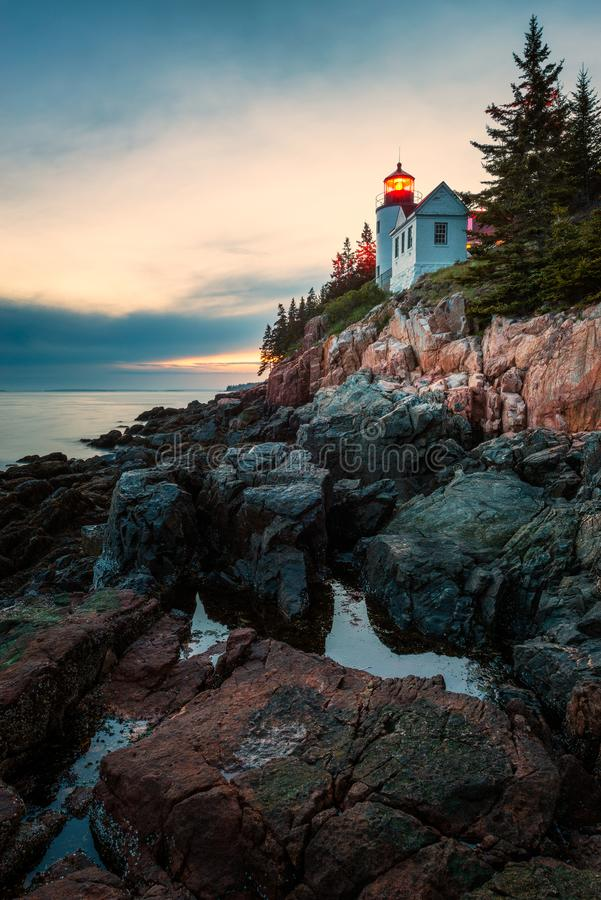 Bass Harbor Head Lighthouse no parque nacional do Acadia no por do sol imagem de stock