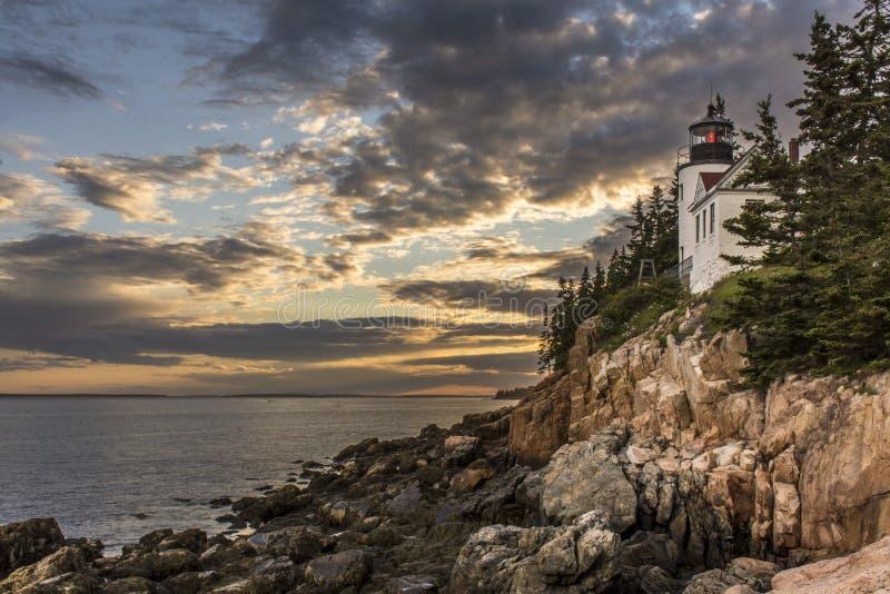 Bass Harbor Head Lighthouse på den mörkare solnedgången fotografering för bildbyråer