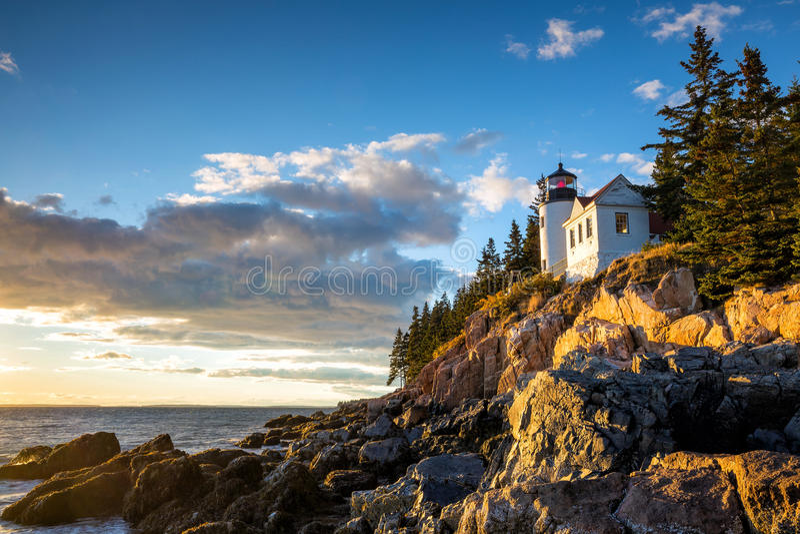 Bass Harbor Lighthouse no parque nacional do Acadia do por do sol fotografia de stock