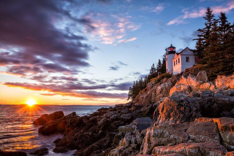 Bass Harbor Lighthouse no parque nacional do Acadia do por do sol fotos de stock