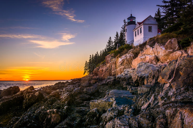Bass Harbor Lighthouse på solnedgången, i Acadianationalpark, Maine royaltyfria foton