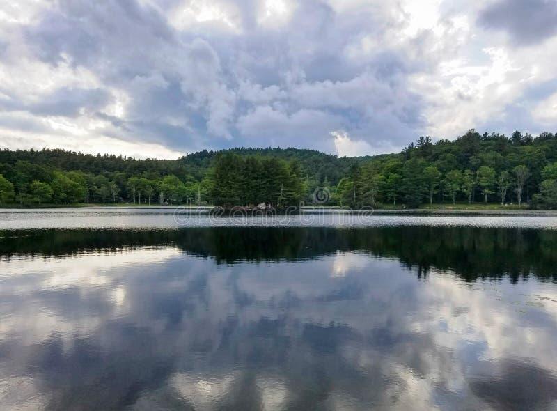 Bass Lake Blowing Rock North Carolina Storm Clouds fotografering för bildbyråer