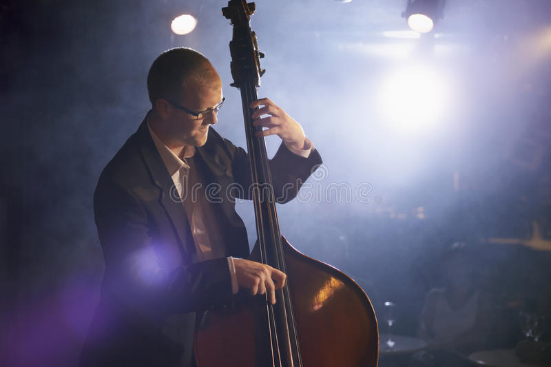 Bass Player On Stage dobro imagens de stock royalty free