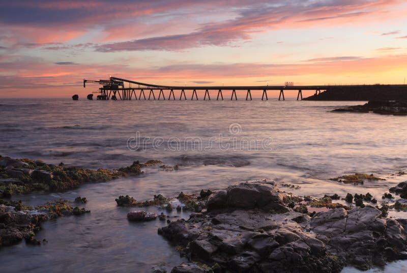 Bass Point Cargo Loader Pier no nascer do sol foto de stock