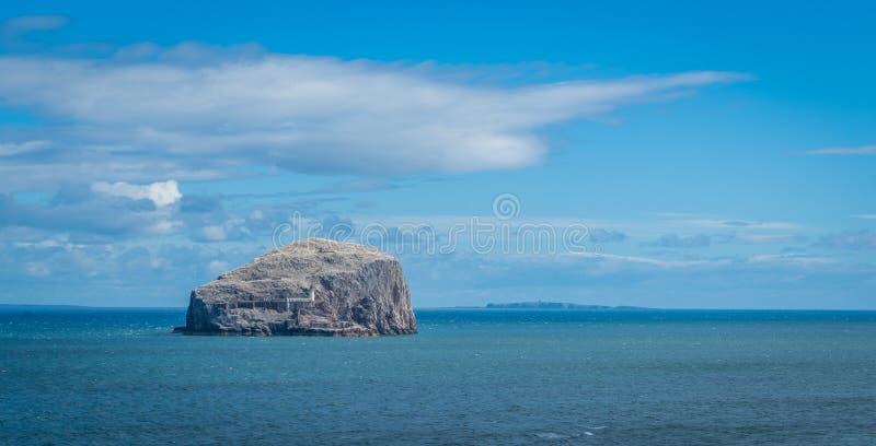 Bass Rock, visión desde el castillo de Tantallon imagen de archivo libre de regalías