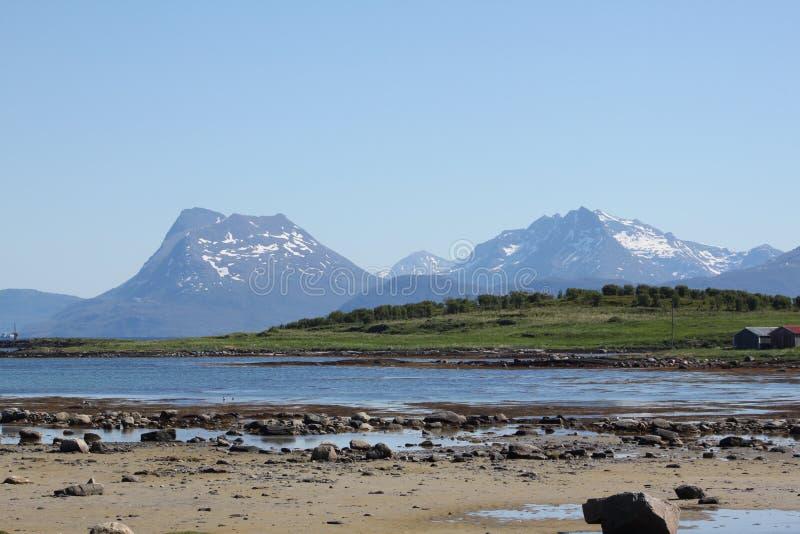 Bassa marea e montagne fotografie stock