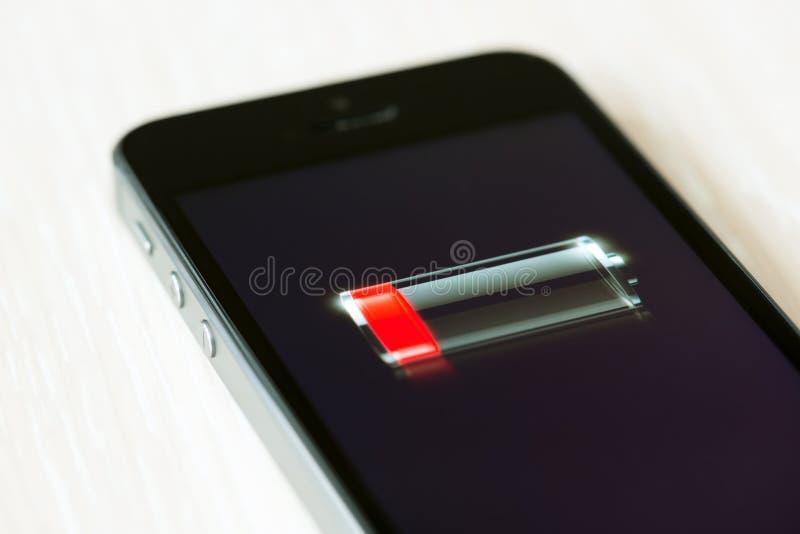 Basse batterie sur l'iPhone 5S d'Apple photo stock