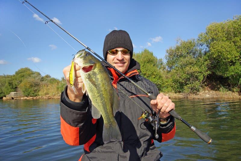 Basse de participation d'homme Scène de pêche, capture de poissons photo stock