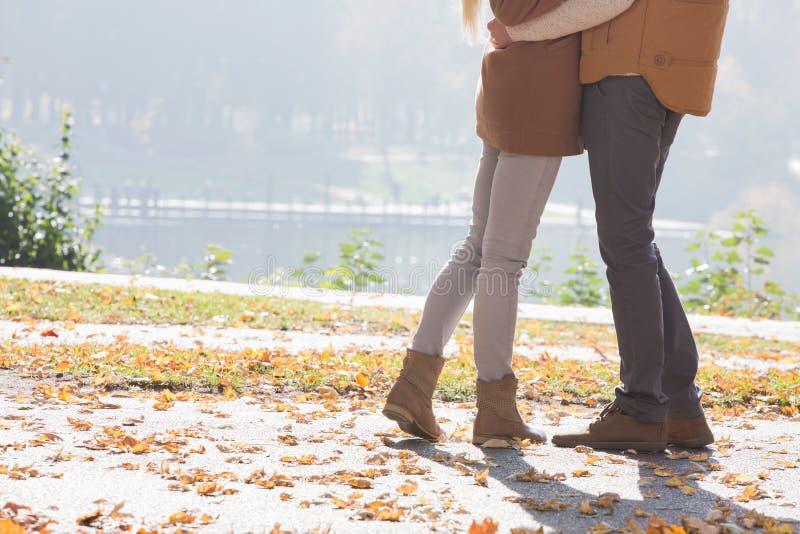 Basse section des couples se tenant en parc pendant l'automne image libre de droits