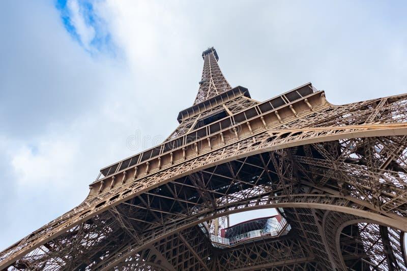 Basse vue grande-angulaire de Tour Eiffel à Paris photo stock