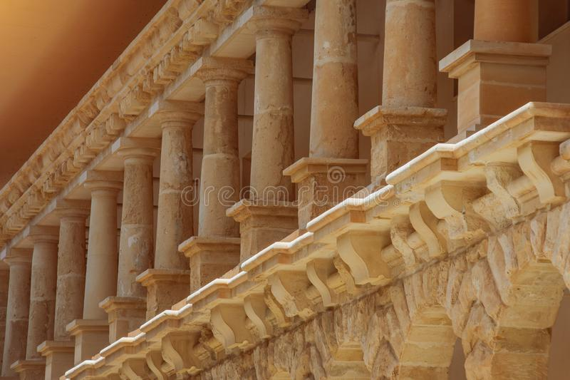 Basses colonnes de pierre orange de chaux, éléments d'architecture externe photographie stock
