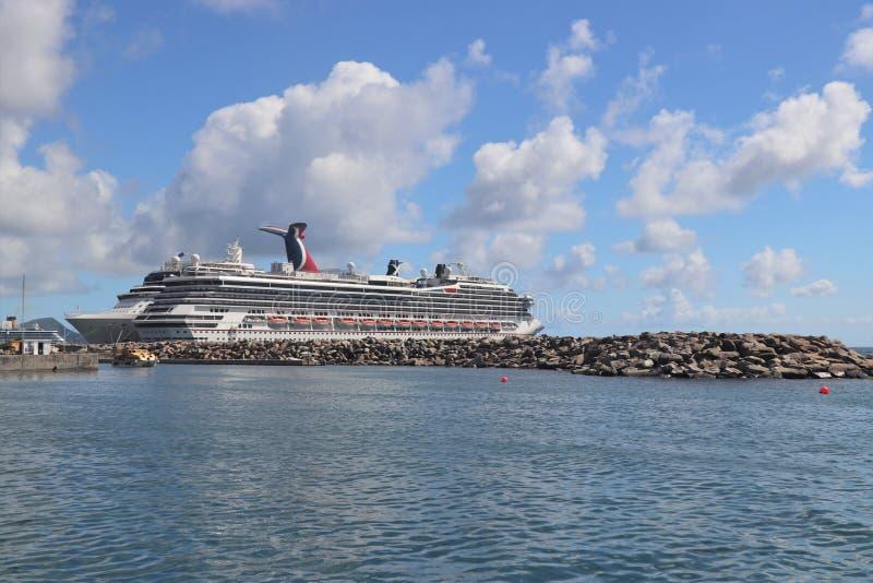 Basseterre, st San Cristobal - 1/24/2018 - la nave da crociera di conquista di carnevale si è messa in bacino in porto Zane, st S immagini stock