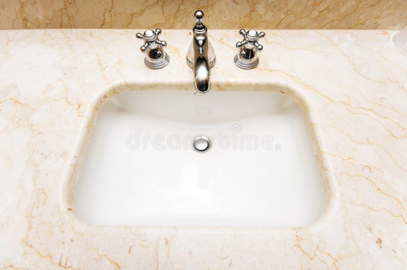 Bassin dans la salle de bains photos libres de droits