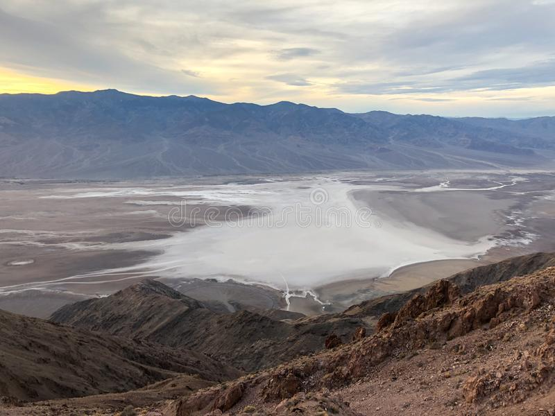 Bassin de Badwater vu de la vue du ` s de Dante, pair de ressortissant de Death Valley photo stock