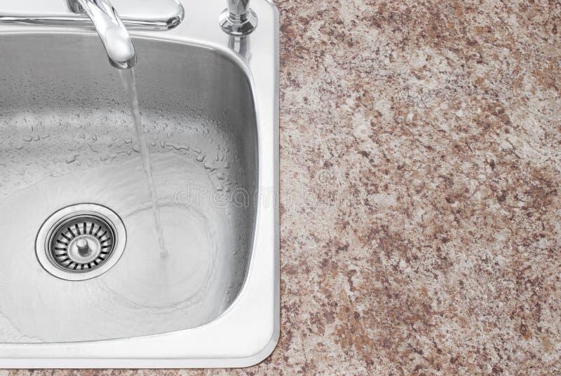 Bassin de cuisine, robinet et détail de partie supérieure du comptoir image stock
