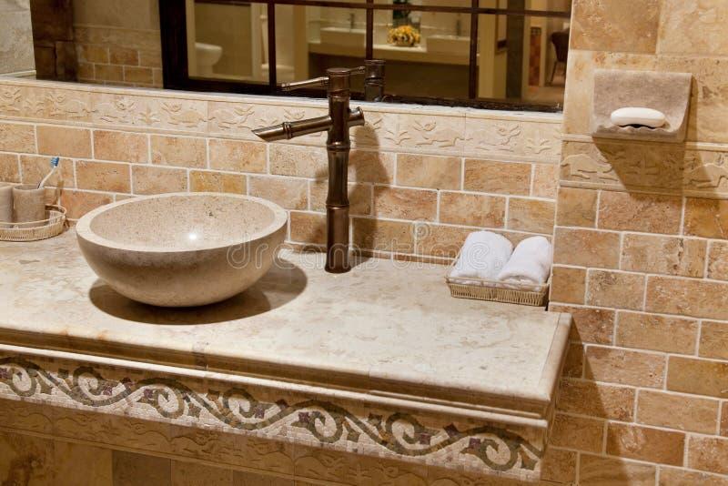 Bassin de marbre de salle de bains photographie stock libre de droits