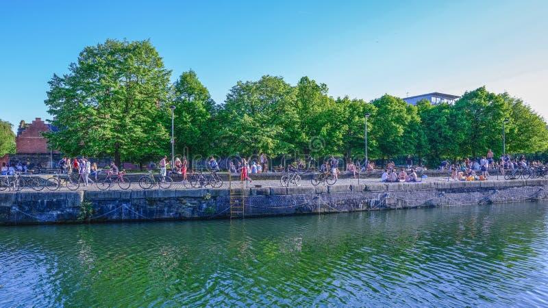 Bassin de Shadwell un jour chaud avec un bon nombre de gens appréciant le soleil photographie stock libre de droits
