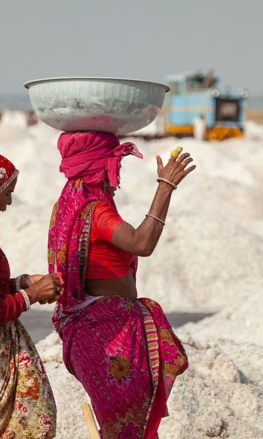 Bassin de transport de femme indienne images stock