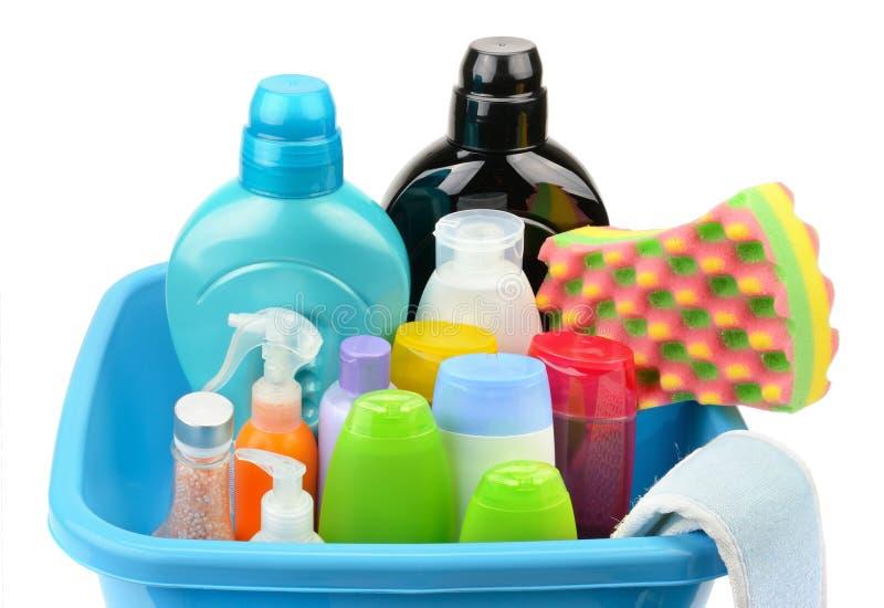 Bassin en een fles van shampoo en zeep royalty-vrije stock foto's