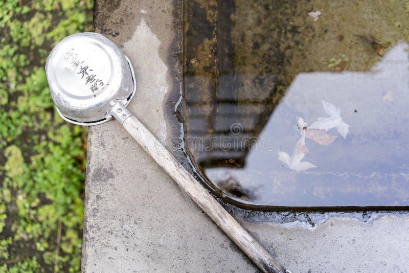 Bassin et poche en pierre de l'eau au tombeau de Shinto à Tokyo, Japon photos stock