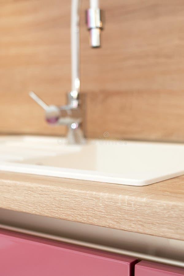 Bassin et robinet de cuisine modernes photos libres de droits