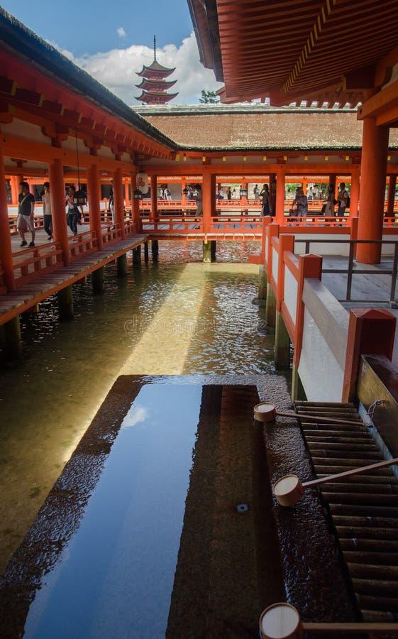 bassin f?r andlig rening i den Itsukushima relikskrin ?r en Shinto relikskrin p? ?n av Itsukushima aka Miyajima japan royaltyfri fotografi