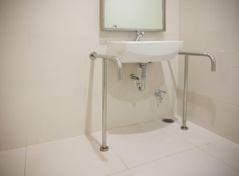 Bassin in gehandicapt toilet met exemplaarruimte royalty-vrije stock afbeeldingen