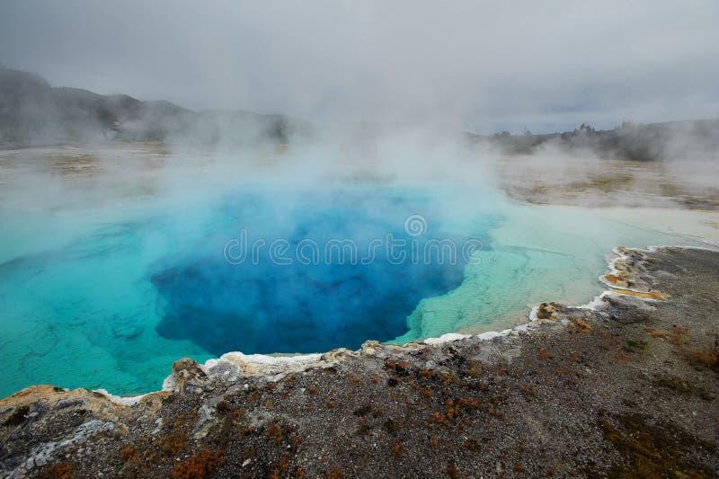 Bassin intermédiaire de geyser, Sapphire Pool, Yellowstone photos stock