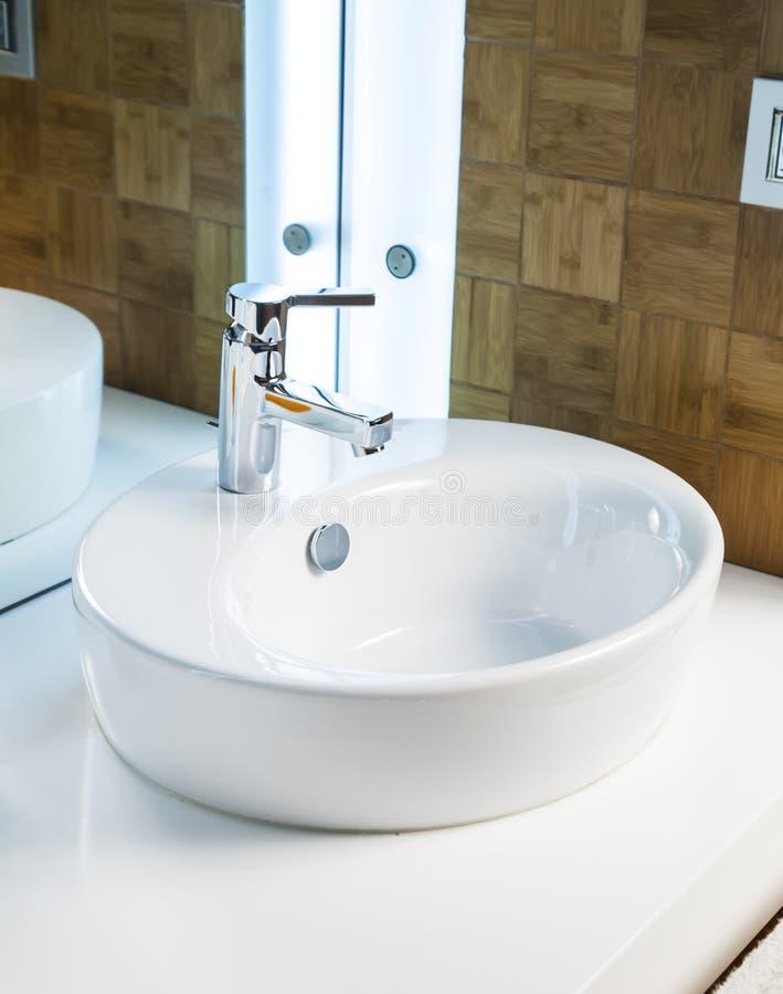 Bassin moderne de salle de bains image stock