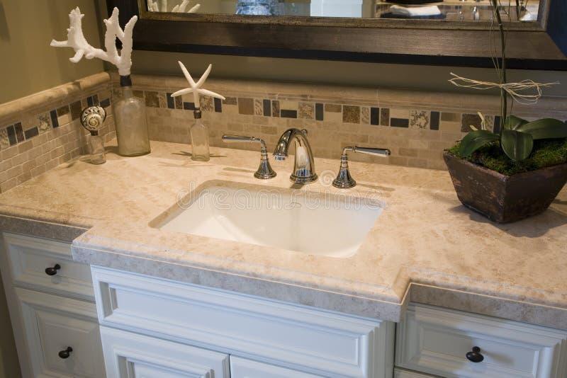 Bassin, robinet et décor luxueux. image stock
