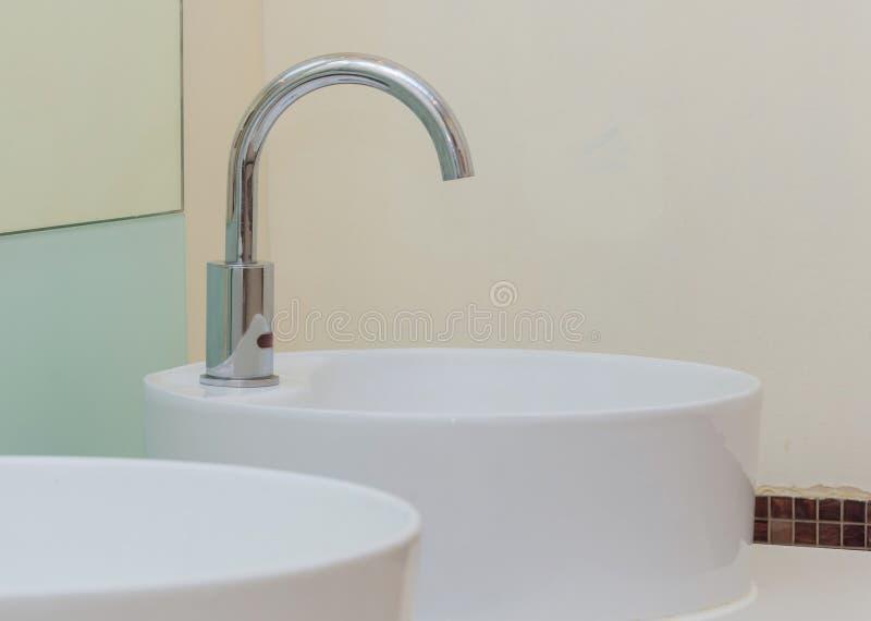 bassins blancs dans l'intérieur de salle de bains avec les tuiles granitiques images stock
