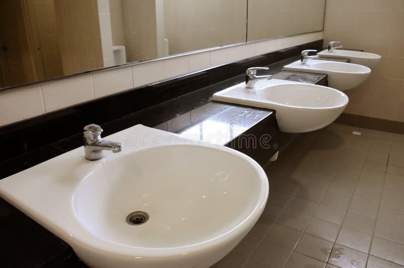 Bassins de toilette photographie stock libre de droits