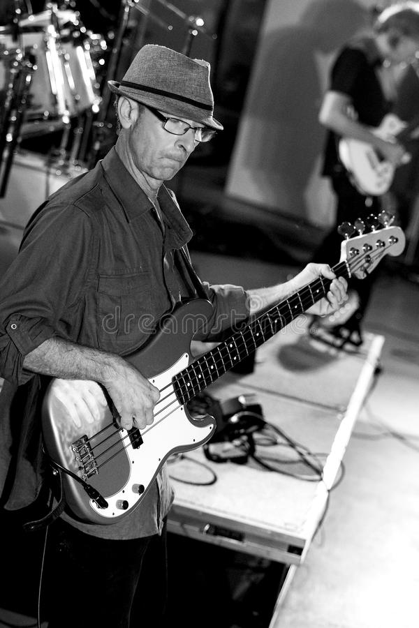 Bassist Joe Azzarello op stadium met blauwband, Jackhammer stock afbeelding