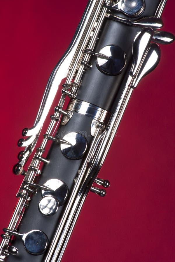 Bassklarinette-Tasten auf Rot lizenzfreie stockfotografie
