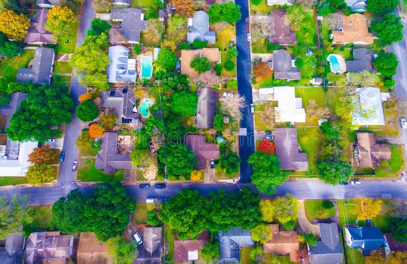 Basso diritto sopra Autumn Colors Aerial sulle case storiche in Austin, il Texas fotografie stock