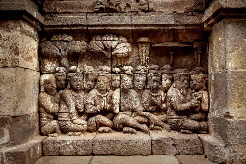 Bassorilievi antichi sulle pareti del tempio di Borobudur l'indonesia fotografia stock libera da diritti