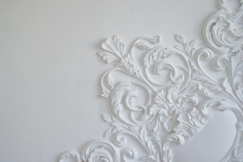 Bassorilievo bianco di lusso di progettazione della parete con l'elemento di roccoco dei modanature dello stucco immagini stock libere da diritti
