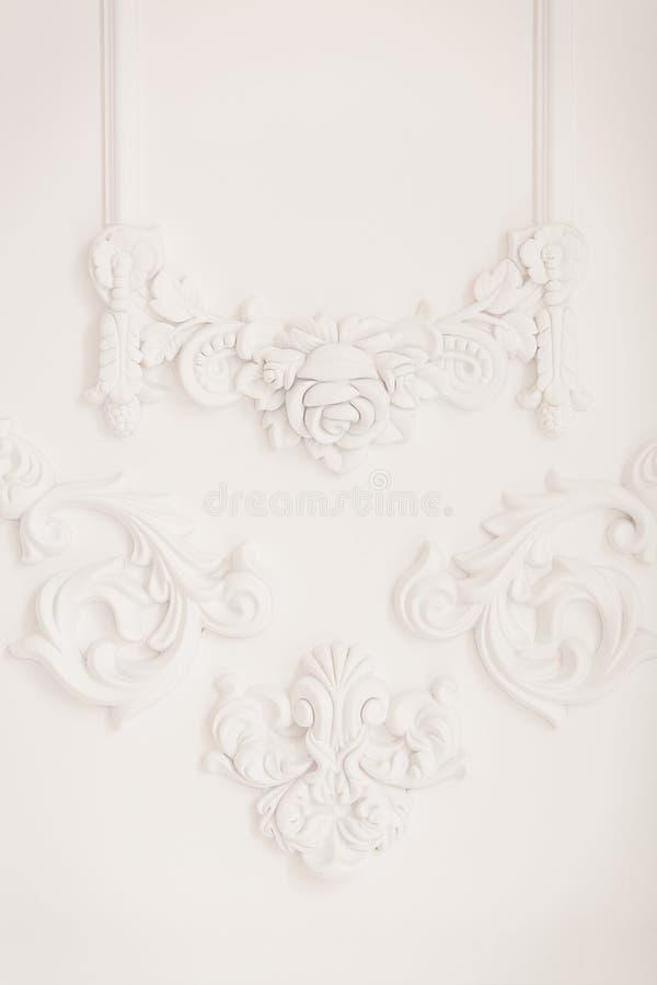 Bassorilievo bianco di lusso di progettazione della parete con l'elemento di roccoco dei modanature dello stucco Elementi dell'or fotografia stock libera da diritti