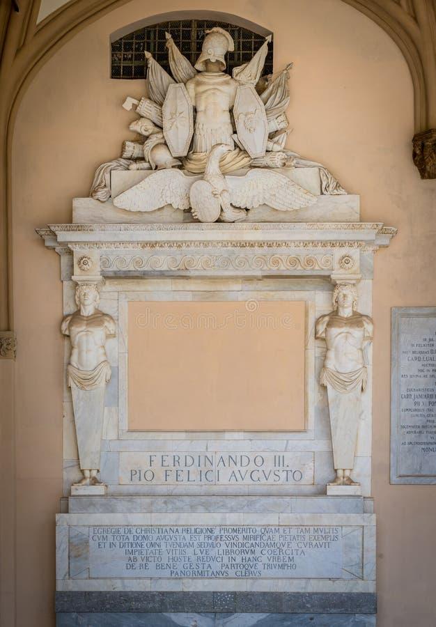 Bassorilievo con l'incoronazione di Ferdinando III nel portico della cattedrale di Palermo La Sicilia, Italia fotografia stock libera da diritti