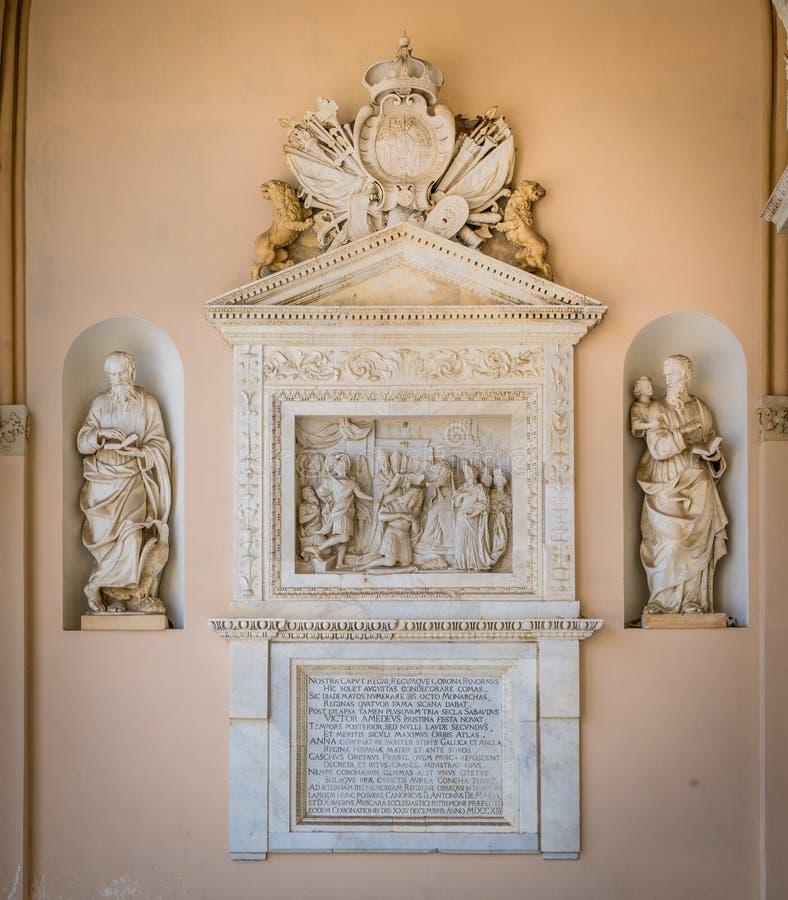 Bassorilievo con l'incoronazione di Vittorio Amedeo II di Savoia nel portico della cattedrale di Palermo La Sicilia, Italia immagine stock