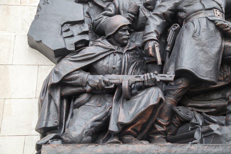 Bassorilievo dei soldati sovietici fotografie stock libere da diritti