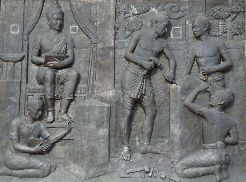 Bassorilievo della gente antica tailandese, Sukhothai, Tailandia fotografia stock libera da diritti