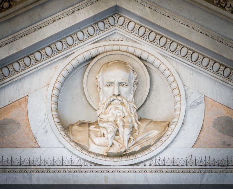 Bassorilievo della testa di Saint Paul sopra il tubo principale della basilica del san Paul Outside le pareti Belle vecchie fines fotografia stock