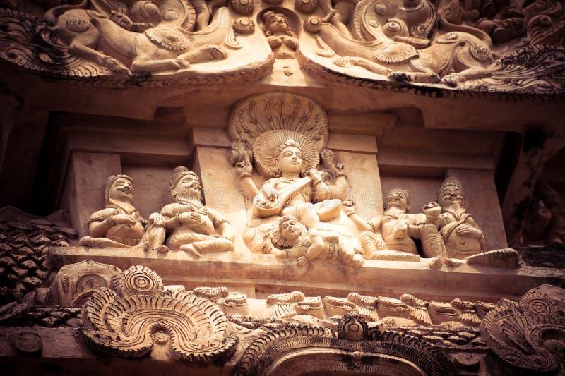 Bassorilievo di pietra stupefacente con il panteon indù di Dio immagine stock