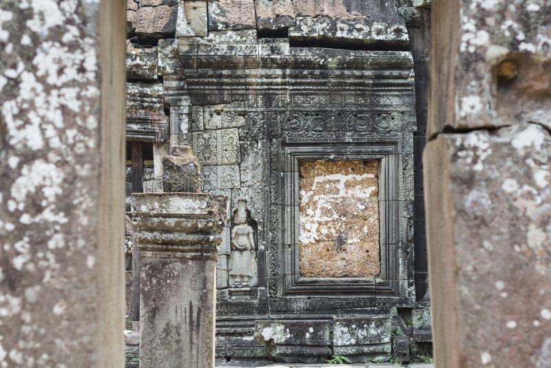 Bassorilievo di pietra in tempio di Angkor, Siem Reap, Cambogia Sito storico di architettura khmer immagine stock